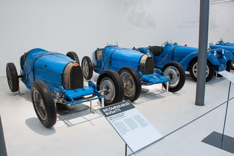 Elöl az 1925 és 1930 között gyártott 65 lóerős 37-es típus egy példánya