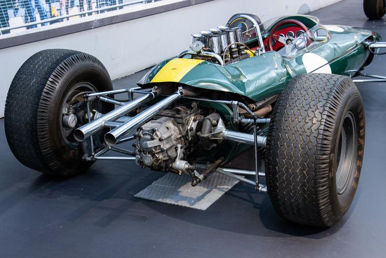 Egy pillantás a másfél literes, V8-as középmotorra, amelynek 210 lóerős teljesítményével 260 km/órás végsebességet ért el a Lotus Type 33