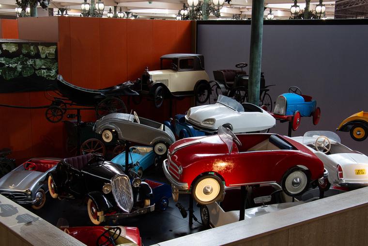 Amióta csak autó létezik, azóta készítenek a gyerekeknek szánt, általában pedállal hajtható kisautókat