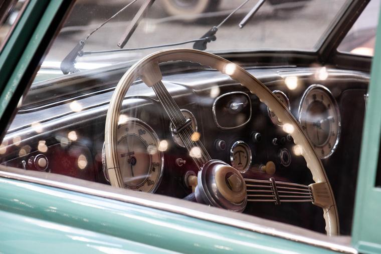 A maga korában szupermodernnek számító Tatra áramvonalas formát kapott, aminek kidolgozásában a magyar származású Járay Pál is részt vett