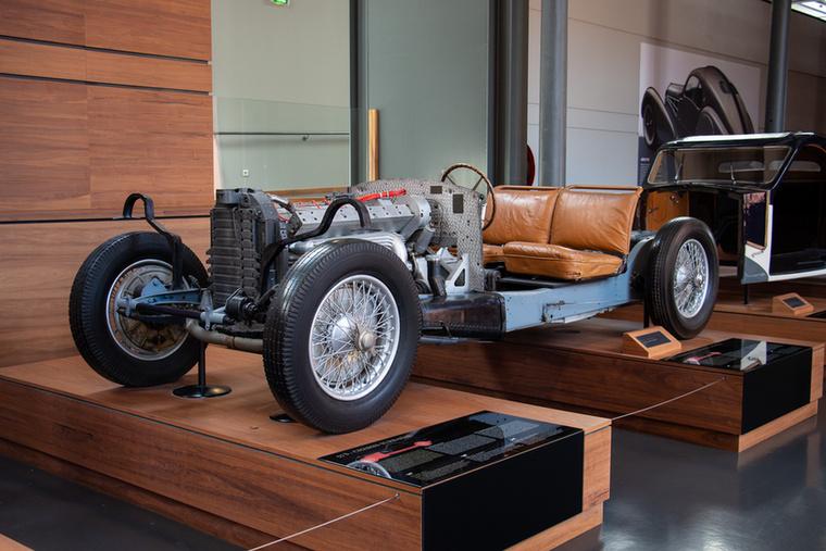 Bemutató, hogyan is készültek régen az autók – természetesen egy Bugattin illusztrálva