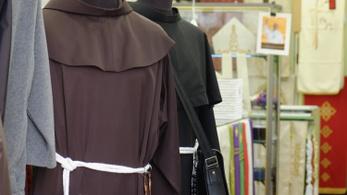 Kokaint tartott a reverendája alatt, sósavat öntött a püspökökre