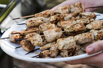 Görög fűszerekkel sütött csirkenyárs – Elképesztően puha lesz így a hús