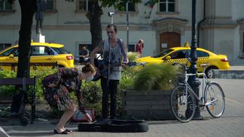 Utcán zenélni nem kéregetés, hanem művészet