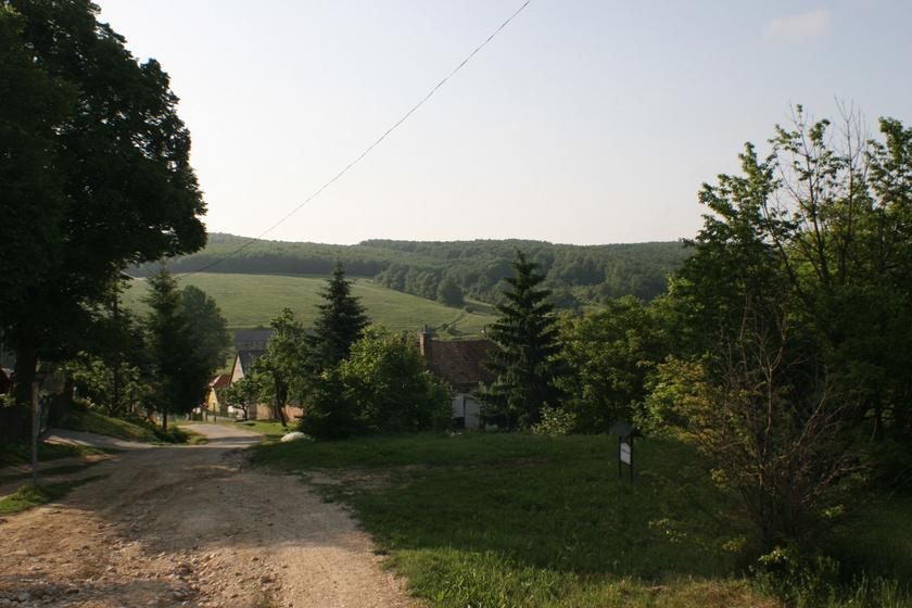 Borzavár községen az Országos Kéktúra útvonala is áthalad, így turizmusa elsősorban a kirándulásokra épül. Zirctől 4 kilométerre található, a Csárda-völgyi-patak mellett. A zirci busszal érhető el egyszerűen ez is, vagy egy, a kék jelzésen tett rövid túrával Zircről.