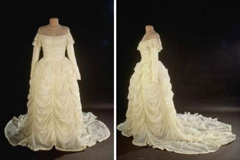 1947-ben egy menyasszony abból a selyem ejtőernyőből csináltatta esküvői ruháját, ami megmentette vőlegénye életét a II. világháború alatt.