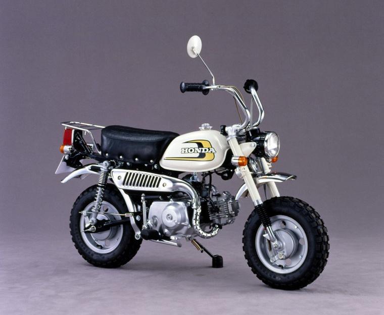 A Z50J-vel már egészen komolyan rámentek a komfortra 1974-ben, hiszen hátra kétoldali rugóstagot építettek be, így immár elöl-hátul egyaránt rugózott a Monkey