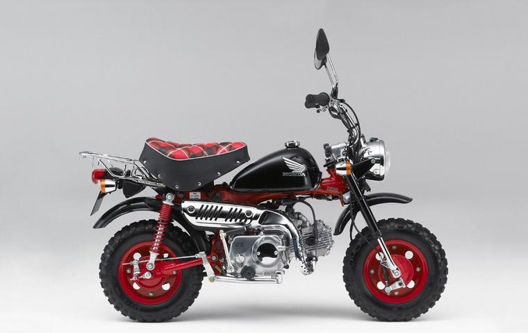 Ez a vörös-fekete Monkey egy jubileumi kiadás