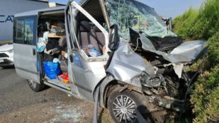 Letarolt kisbusz, szélvédőbe csapódott gyalogos – gondokat okozott a kánikula