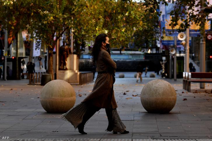 Egy nő sétál Sydney utcáin 2021. június 25-én