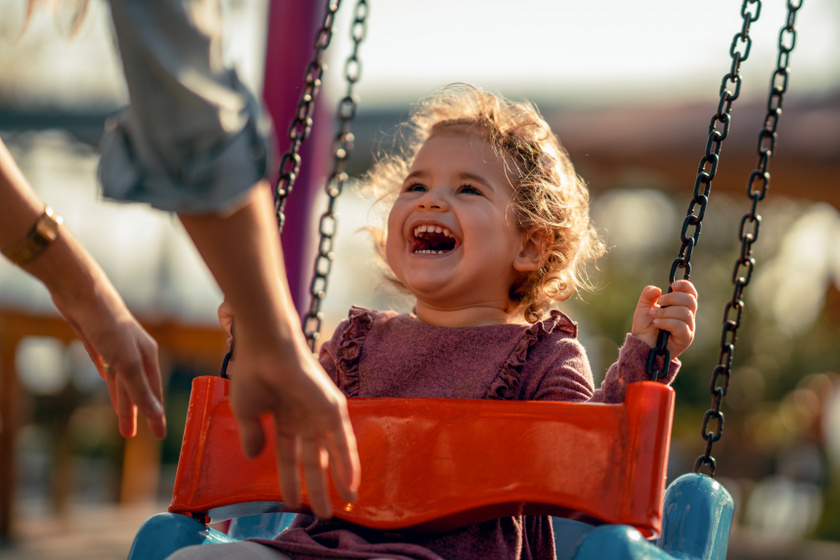 Így fejleszti a gyerek idegrendszerét a csúszda és a hinta: a legtöbb szülő nem is sejtené