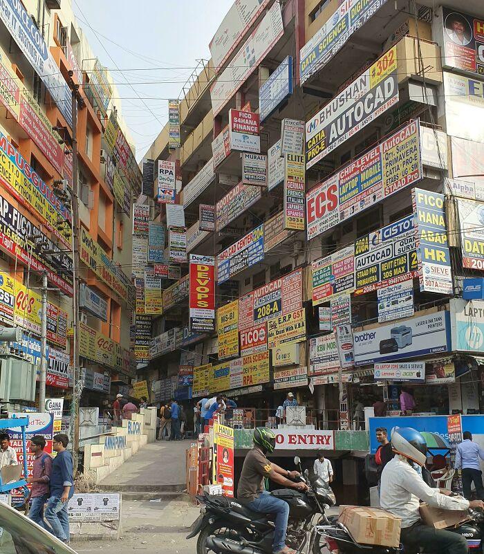 Szörnyű látvány a sok egymást érő reklámtábla Indai egyik nagyvárosában, Haidarábádban.