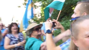 Újabb botrány a DK-s rendezvényeken, fideszes tüntetők ütöttek meg két nőt