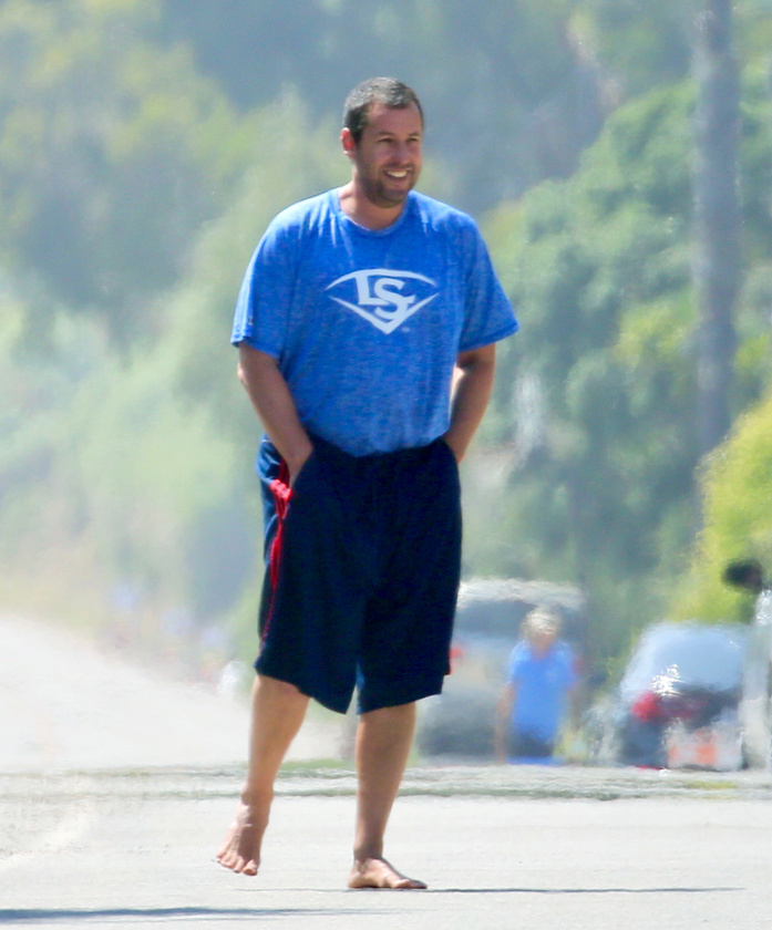 Adam Sandler olyan vidáman flangál Malibuban, hogy mi is elmosolyodtunk