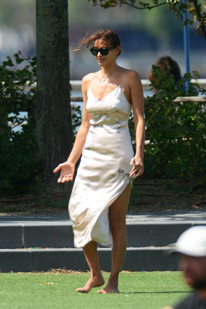 A mostanában állítólag Kanye Westtel randizgató Irina Shayk New York egyik partjában döntött úgy, hogy mezítláb mulat