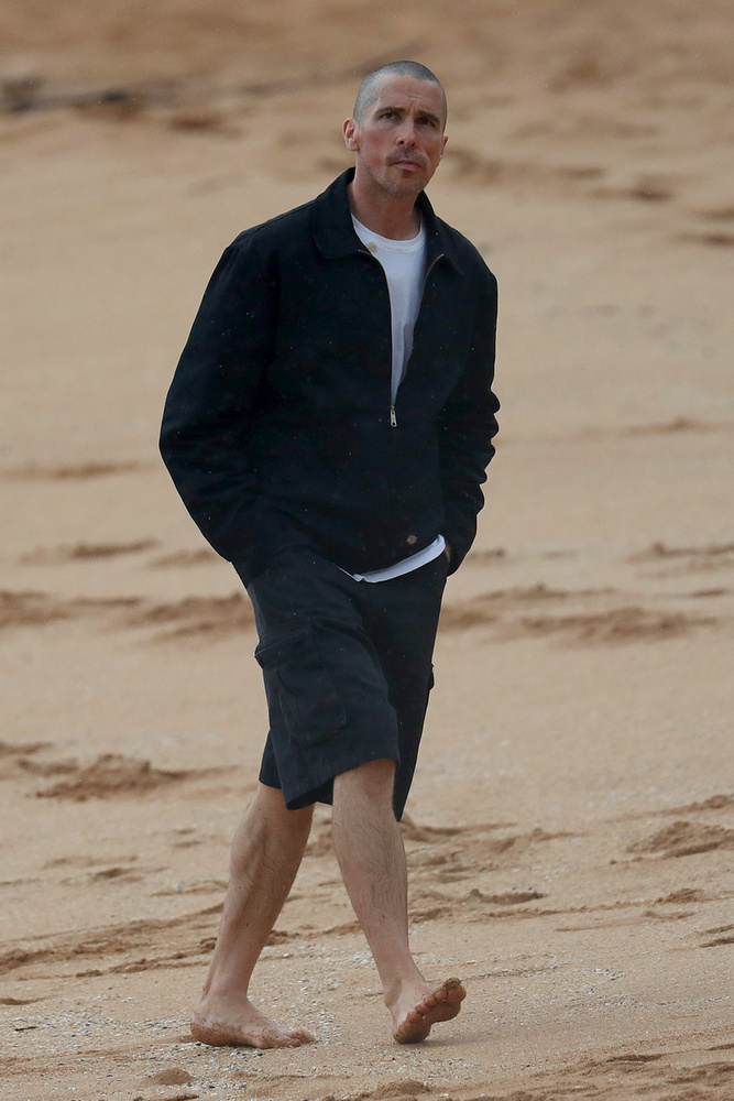 Ezzel szemben Christian Bale elég komoran bandukol Sydney tengerpartján