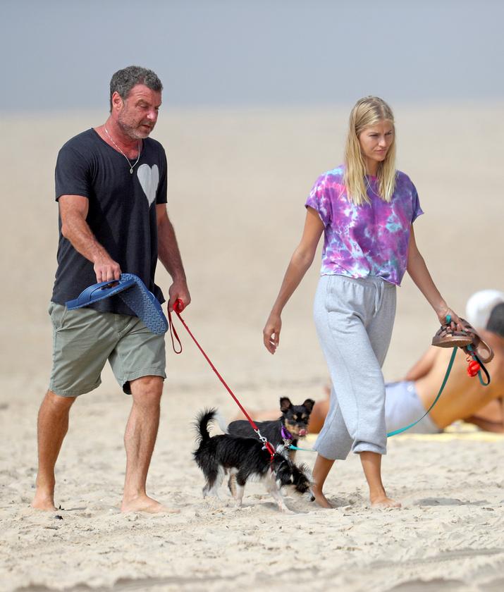 Az 53 éves Liev Schreiber és kedvese, a 28 éves Taylor Neisen Hampton-vidék egyik kutyás strandját választották egy kis kikapcsolódásra