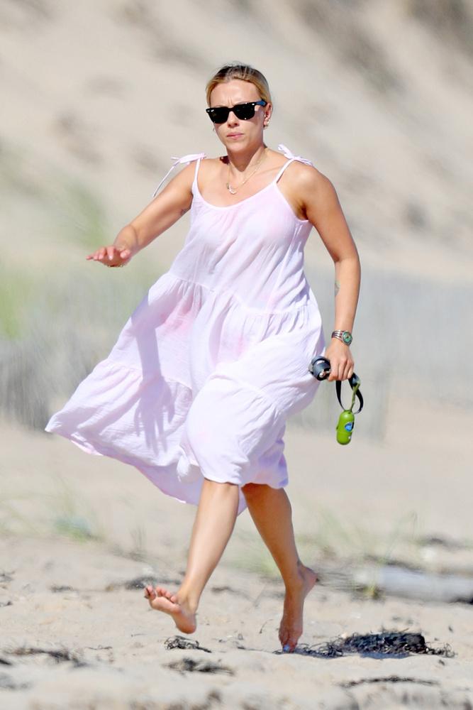 Scarlett Johansson itt épp a kutyái után rohan, méghozzá elég dühösen