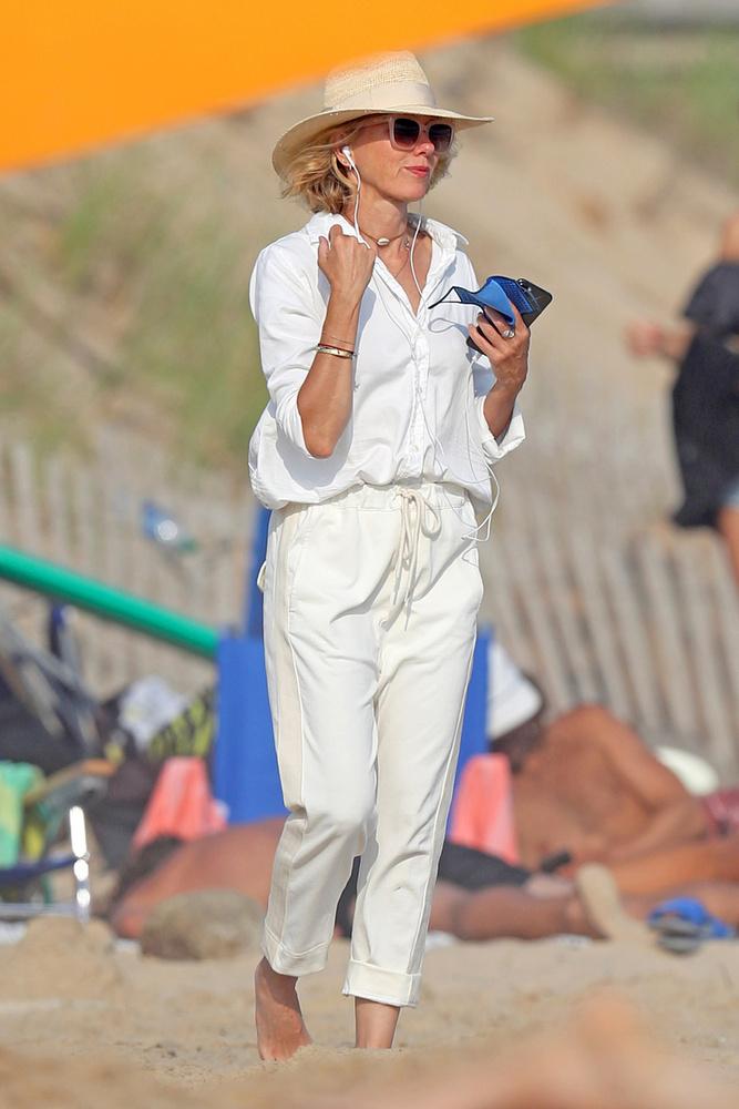 Naomi Watts mezítlábas meetinget tartott