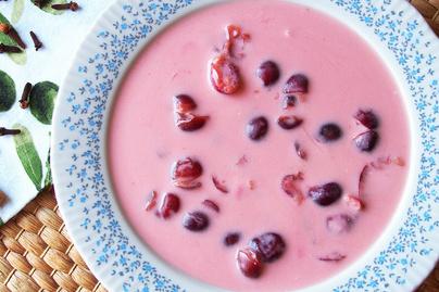 Vaníliapudingos cseresznyeleves tejföllel dúsítva: hűsítő desszert is lehet