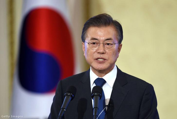 Mun Dzse-in dél-koreai elnök egy sajtótájékoztatón beszél 2017. augusztus 17-én Szöulban, Dél-Koreában