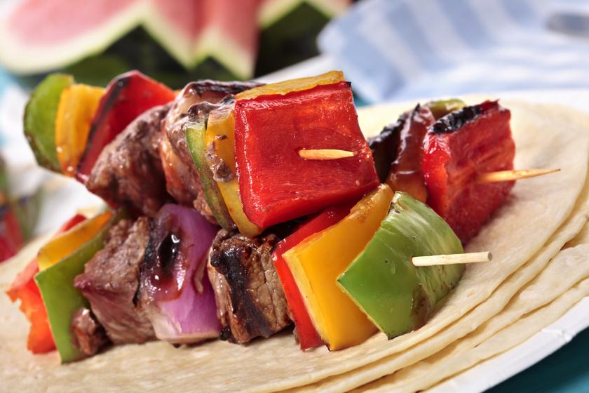 Pácban érlelt, omlós sertésnyárs: az egyik legjobb nyári grillétel