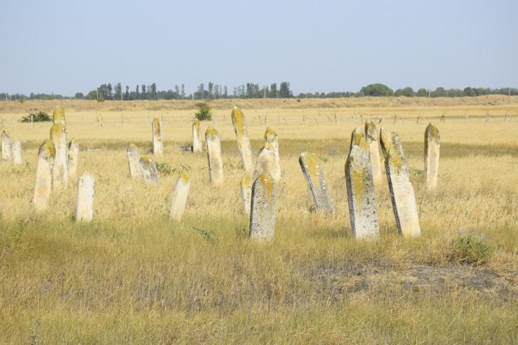 Muszlim síremlékeke a semmi közepén.