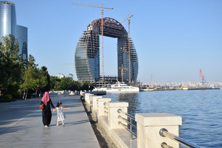 Nem csak Karabahban, a fővárosban is megállíthatatlanul zajlanak az építkezések.