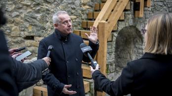 Dagad a botrány Pécsen, a polgármestert nem tágít