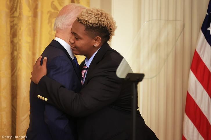Joe Biden elnök a megemlékezésen megölelte a transznemű aktivistát, Ashton Motát