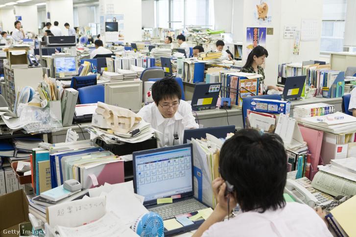 Irodai dolgozók egy tokiói irodában 2008. július 28-án