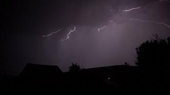 Mindent vitt a vihar, erdő lángolt villámcsapástól, 30 centiméteres víz öntötte el a házat