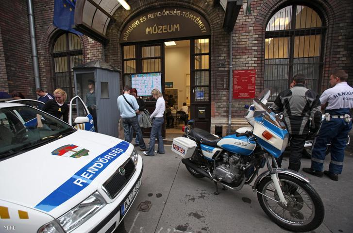 Rendőrségi járművek állnak Bűnügyi és Rendőrség-történeti Múzeum bejárata előtt még egy 2009-es Múzeumok Éjszakája rendezvényen