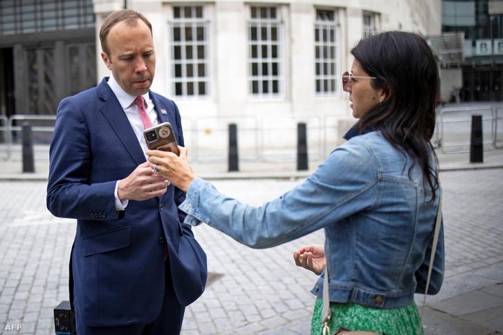 Matt Hancock és Gina Coladangelo a BBC épülete előtt 2021 június 6-án