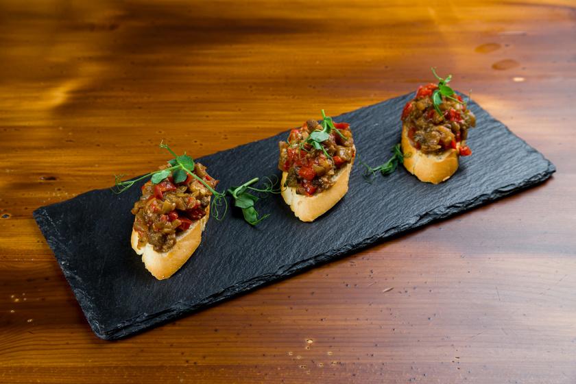 Isteni zöldséges bruschetta paprikából és padlizsánból: könnyű, villámgyors nyári vacsora