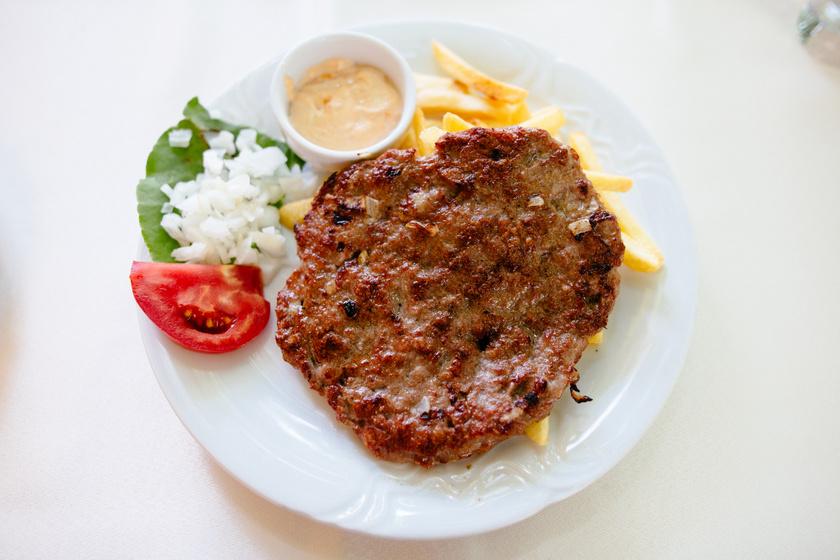 A hagyományos plejskavica grillen sütve: a balkáni burger szaftos és fűszeres