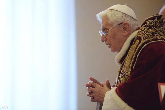 XVI. Benedek pápa lemondó nyilatkozata közben