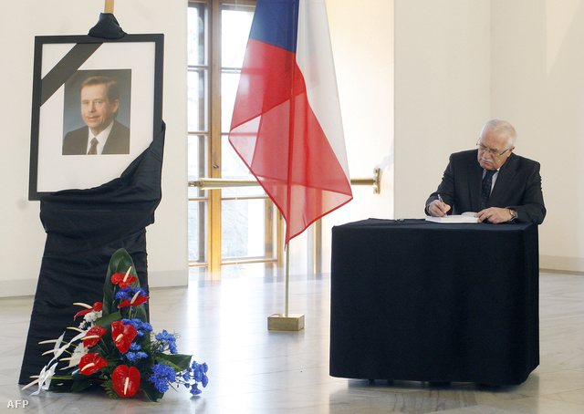 Vaclav Klaus írásban fejezi ki részvétét az elhúnyt Vaclav Havel gyászkönyvébe 2011-ben, röviddel Havel halála után
