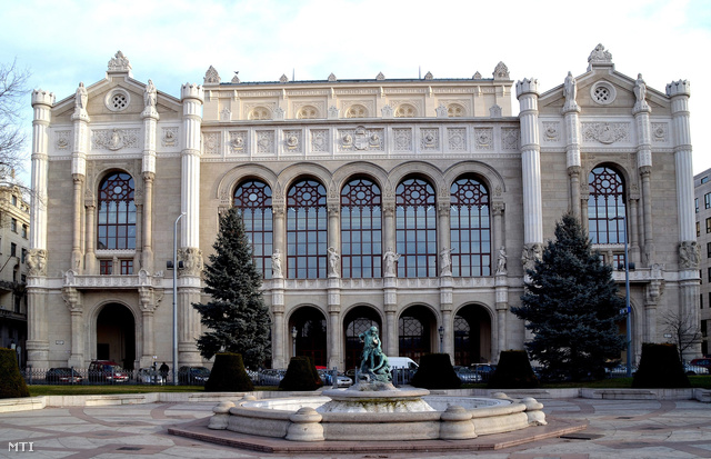 A felújítás alatt álló Pesti Vigadó épülete 2013. január 9-én.
