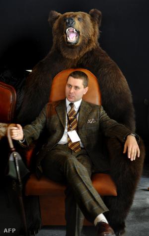 Medvebőrből készült fotel egy orosz luxuskiállításon
