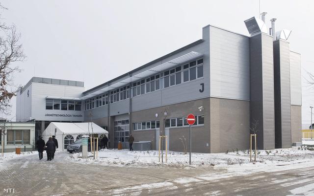 A Kecskeméti Főiskola járműtechnológia tanszékének új épülete az átadási ünnepség után 2012. decemberében