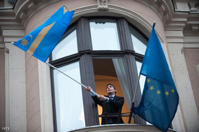 Székely zászlót lenget Vattamány Zsolt a VII. kerületi fideszes polgármestere