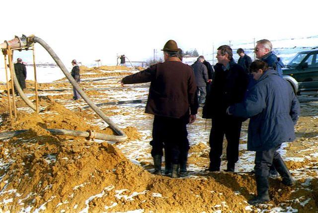Pepó Pál magyar környezetvédelmi miniszter (k) látogatást tesz az ausztrál-román vegyes tulajdonú nagybányai Aurul üzem telephelyén 2000. február 14-én.