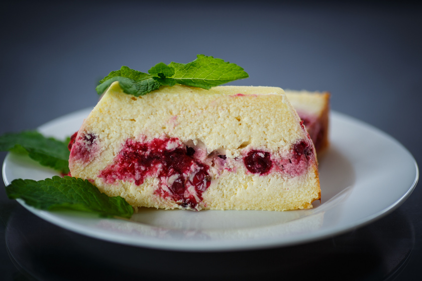 Pillekönnyű sült túrós süti liszt nélkül: friss bogyós gyümölcsökkel még finomabb