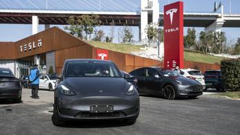 Több százezer kocsit hívott vissza a Tesla