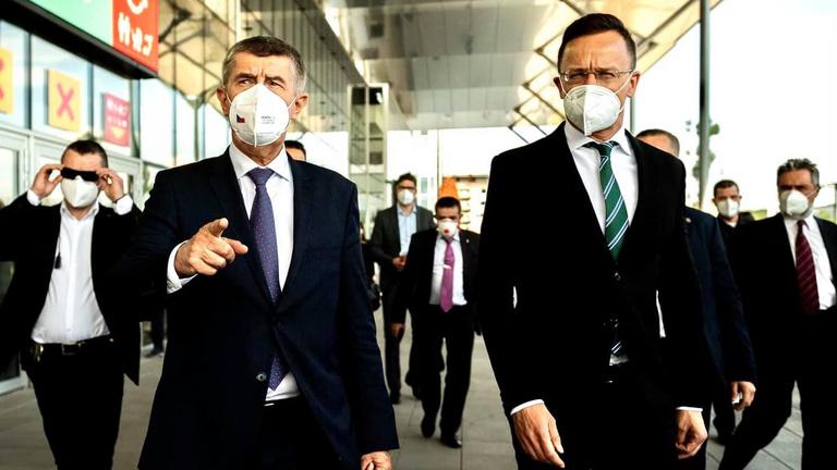 Szijjártó Péter: Magyarország százezer oltóanyagot ad Csehországnak