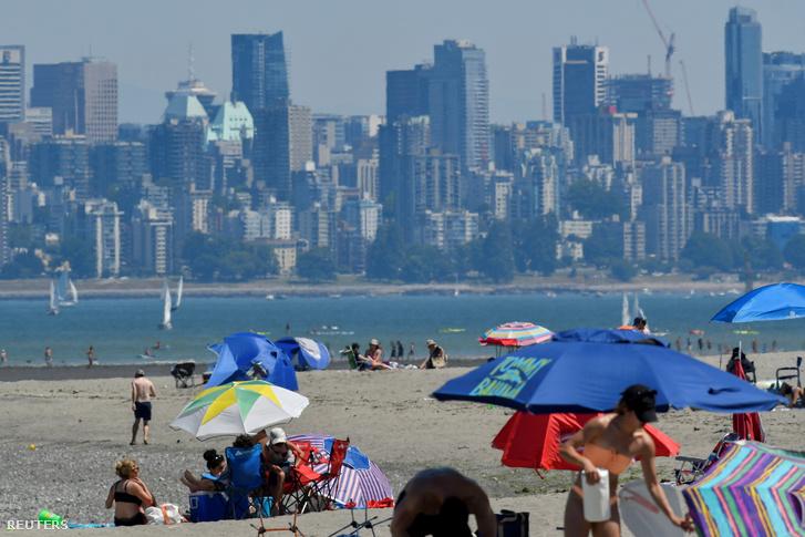 Emberek a tengerparton Vancouver városában, Kanadában, 2021. június 27-én