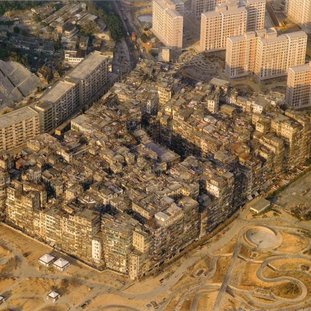 A fallal körülvett, törvényen kívüli város Hongkongban: Kowloon gigaháztömbje a világ legsűrűbben lakott területe volt