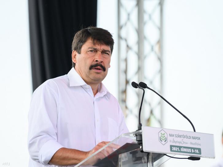 Áder János köztársasági elnök beszédet mond a Nemzeti Agrárgazdasági Kamara (NAK) által szervezett Szántóföldi Napok és AgrárgépShow megnyitóján Mezőfalván 2021. június 9-én