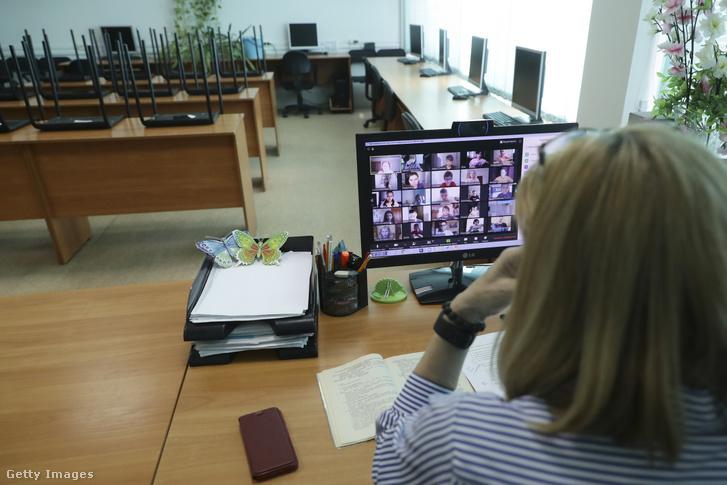 Egy tanár online órát tart egy üres tanteremben Oroszországban 2020. április 7-én